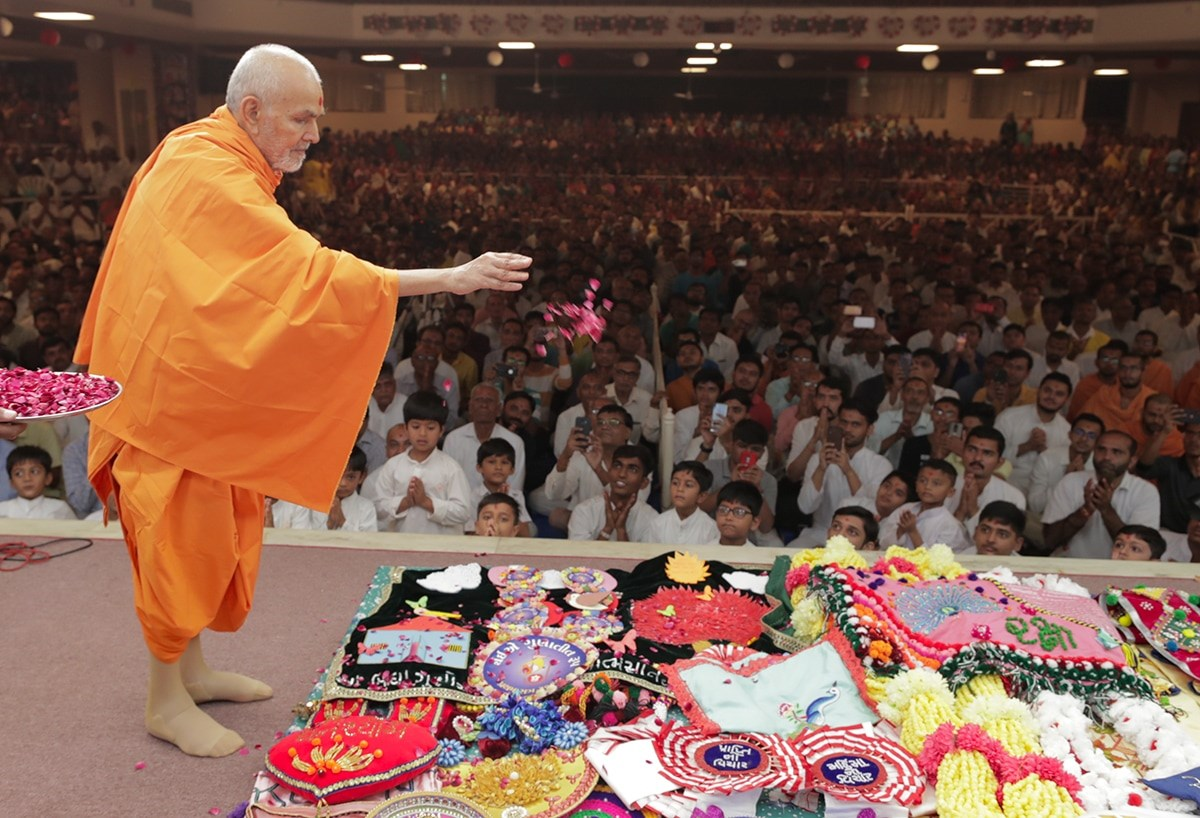 Swamishri sanctifies garlands