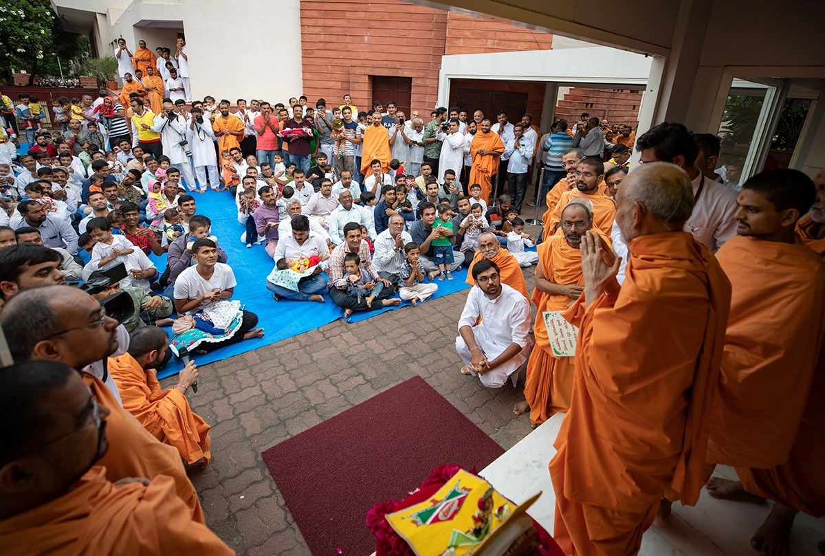 Children and devotees during the vartman vidhi