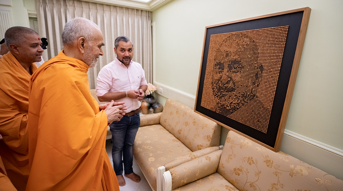 Swamishri observes an artistic creation