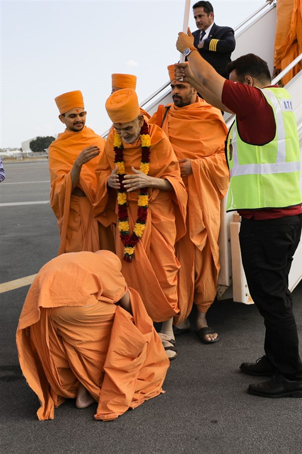 Swamishri arrives at Dar-Es-Salaam