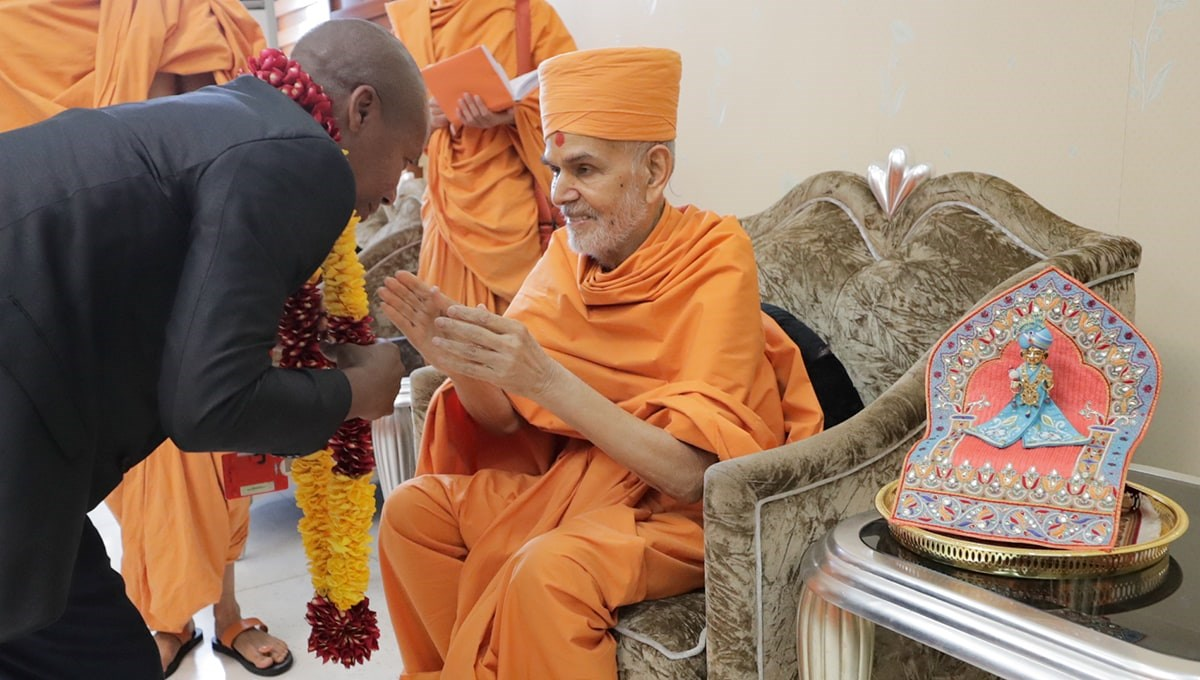 Swamishri blesses an official