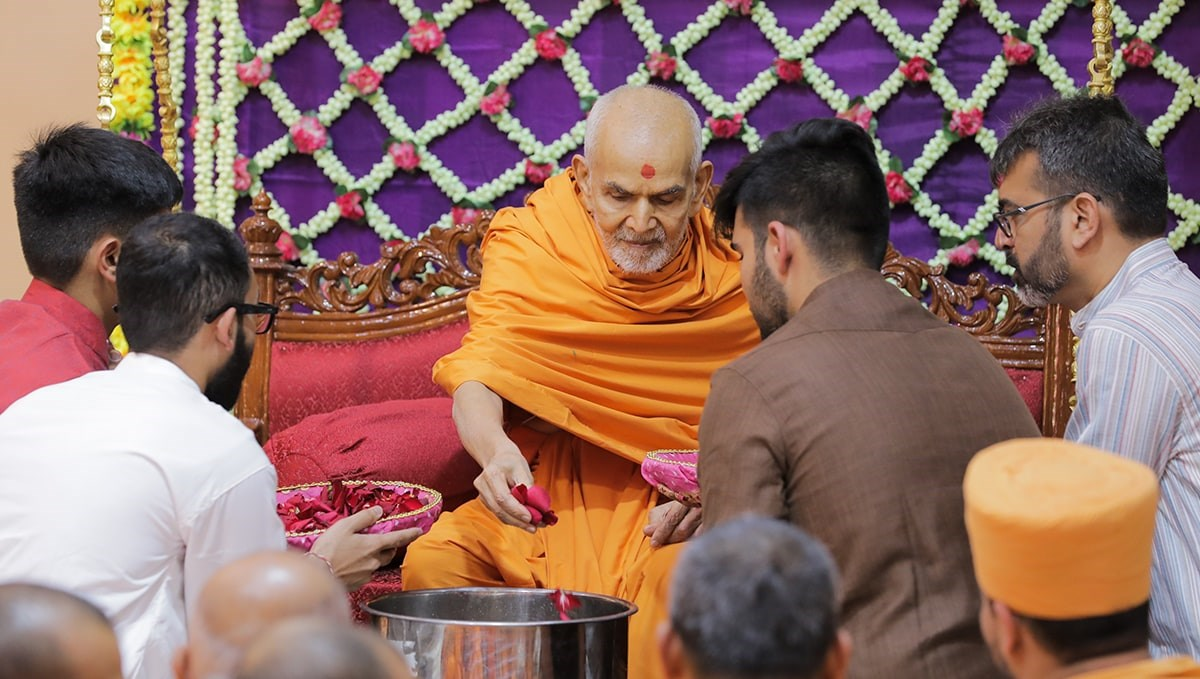Swamishri sanctifies lemon sharbat for fasting devotees