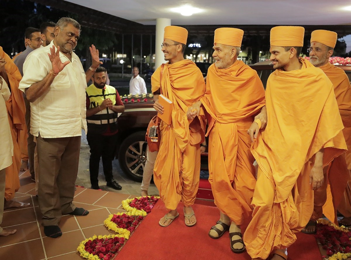 Swamishri arrives at White Sands Hotel and The Beach Resort, venue for shibirs