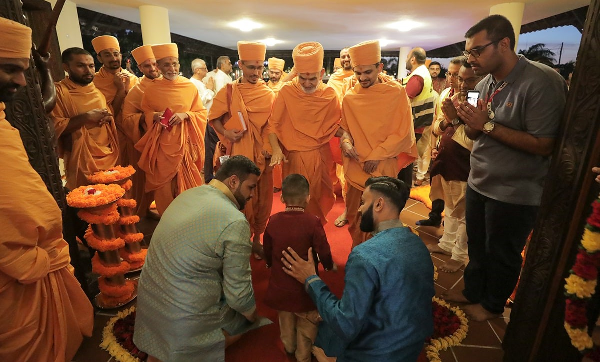 Children and devotees welcome Swamishri