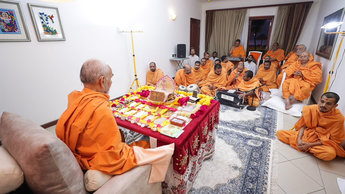 Pujya Tyagvallabh Swami and sadhus doing Swamishri's daily puja darshan