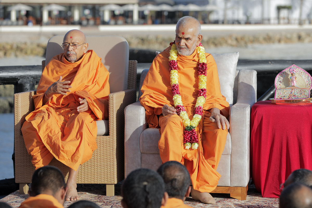 Swamishri and Pujya Tyagvallabh Swami during the assembly