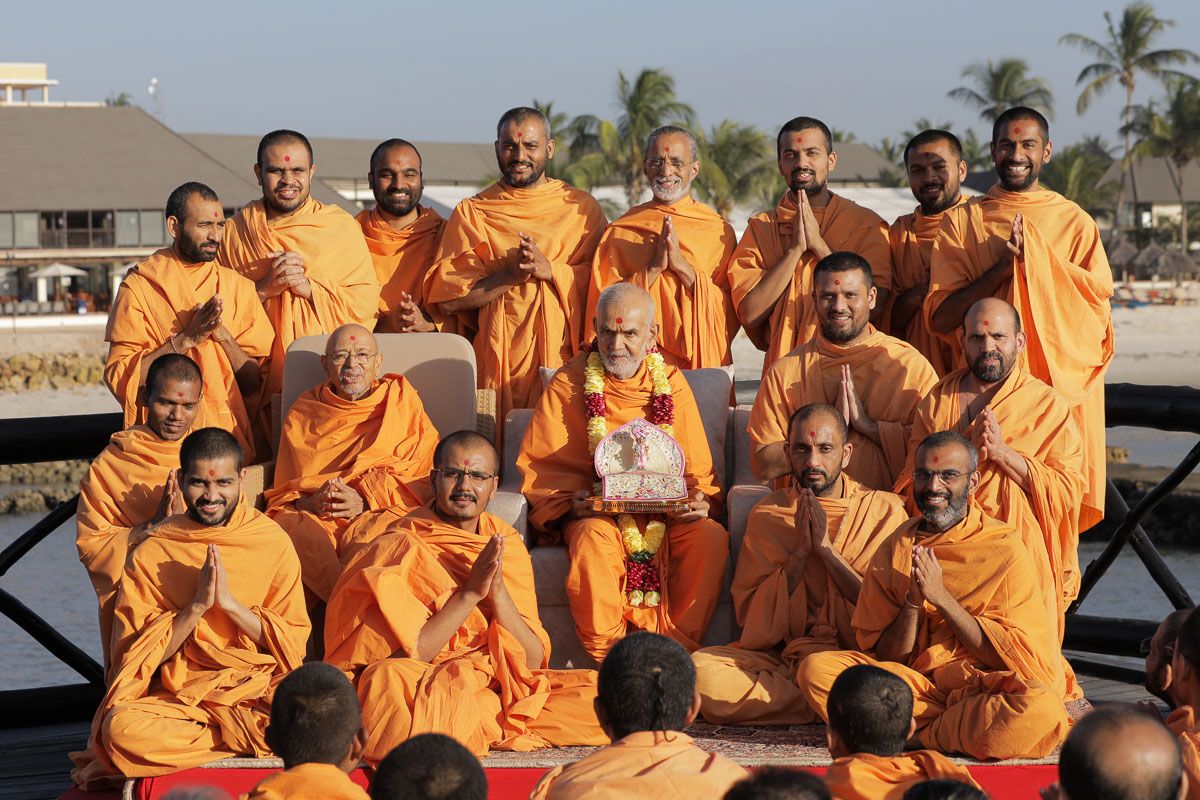 Pujya Tyagvallabh Swami and sadhus with Swamishri