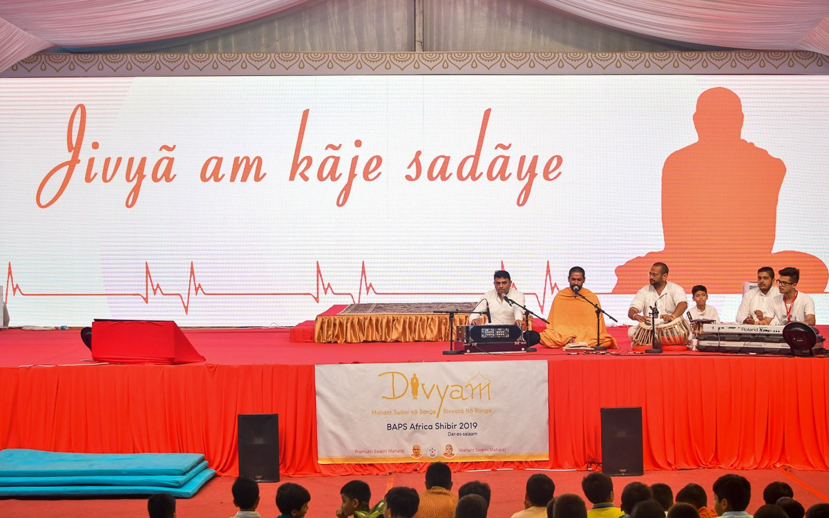 A sadhu sings a kirtan in the evening satsang assembly