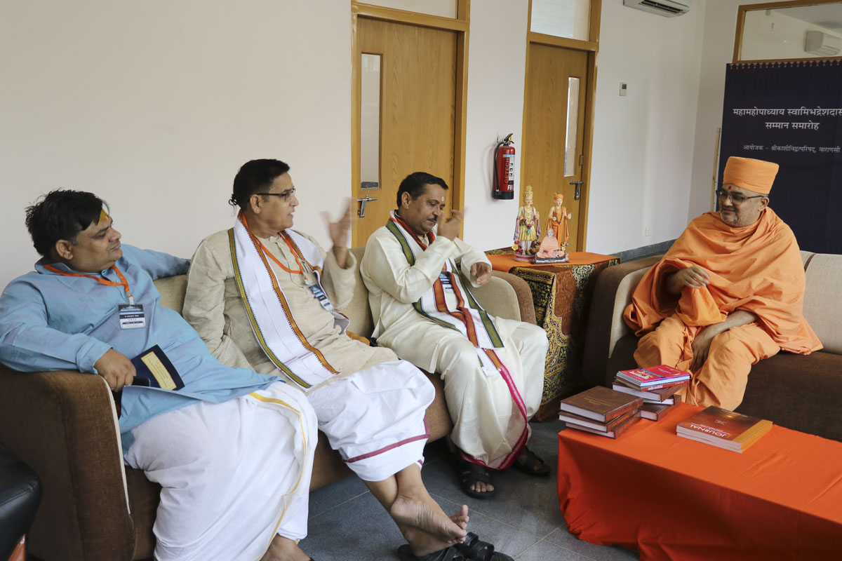 Pujya Bhadresh Swami in discussion with pandits of Kashi