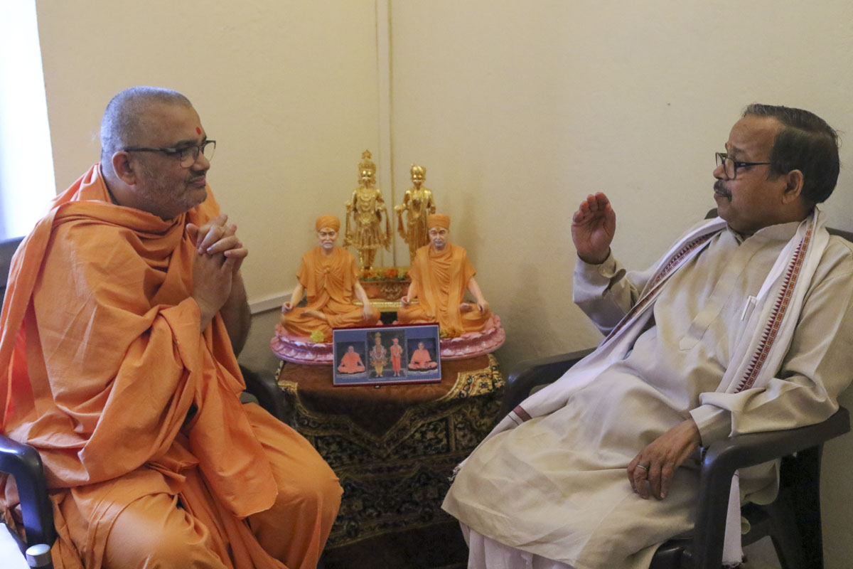 Pujya Bhadresh Swami in discussion with a pandit