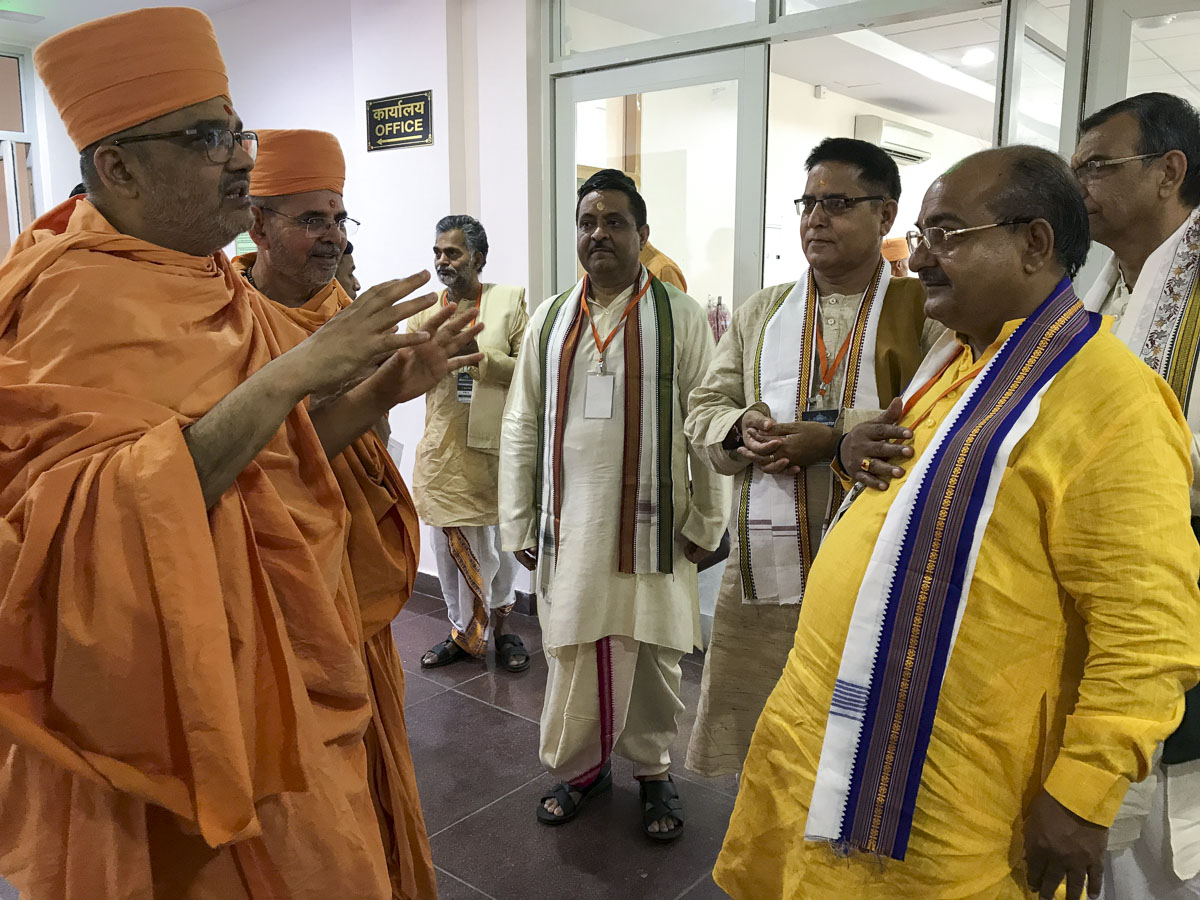 Pujya Bhadresh Swami in discussion with pandits
