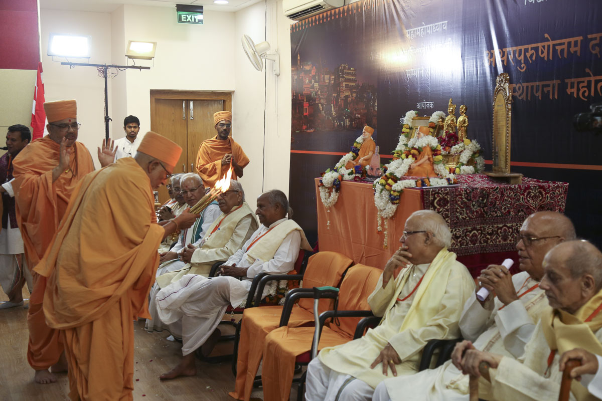Pujya Kothari Swami performs the arti