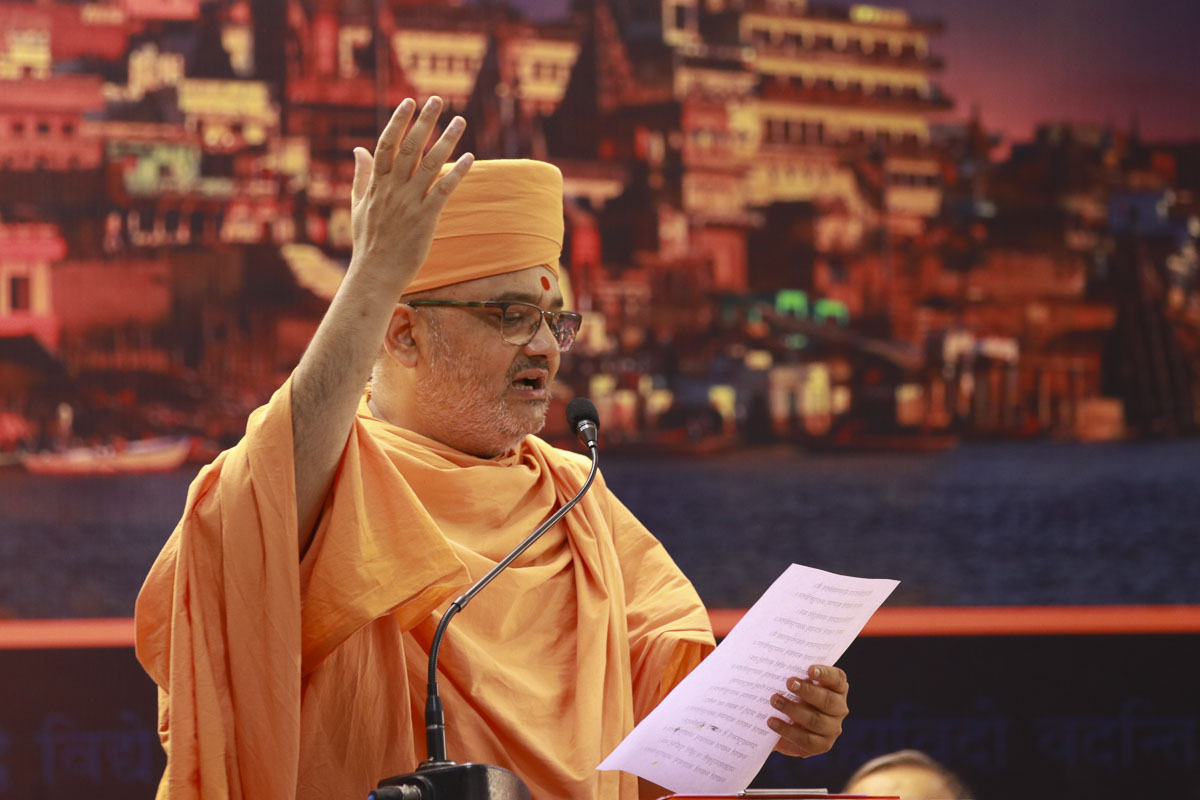 Pujya Bhadresh Swami sings shlokas to welcome Shri Akshar-Purushottam Maharaj to Kashi