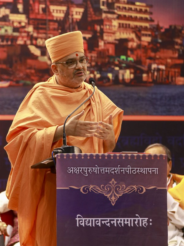 Pujya Bhadresh Swami addresses the assembly