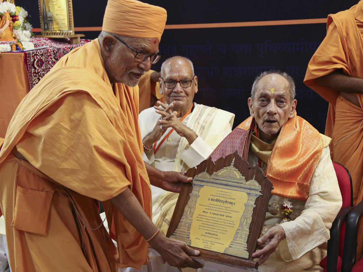 Pujya Kothari Swami felicitates the pandits of Kashi on behalf of the BAPS