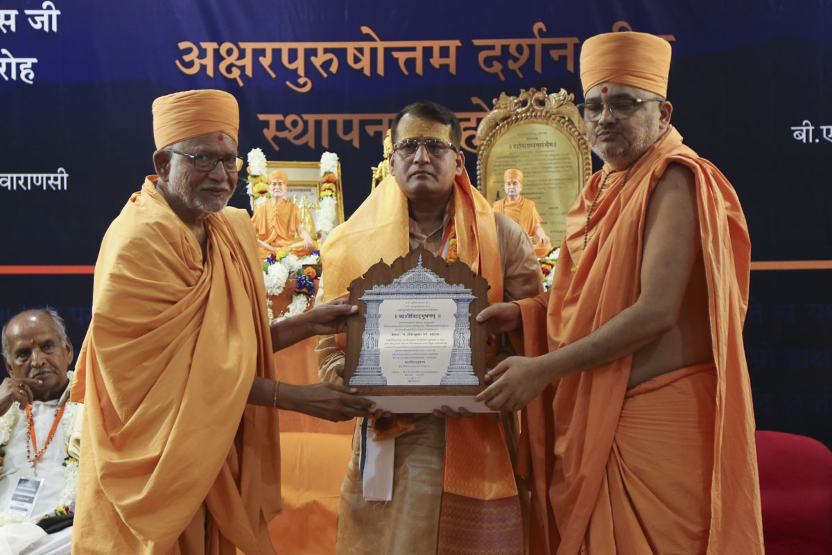 Pujya Kothari Swami and Pujya Bhadresh Swami felicitate the pandits of Kashi on behalf of the BAPS