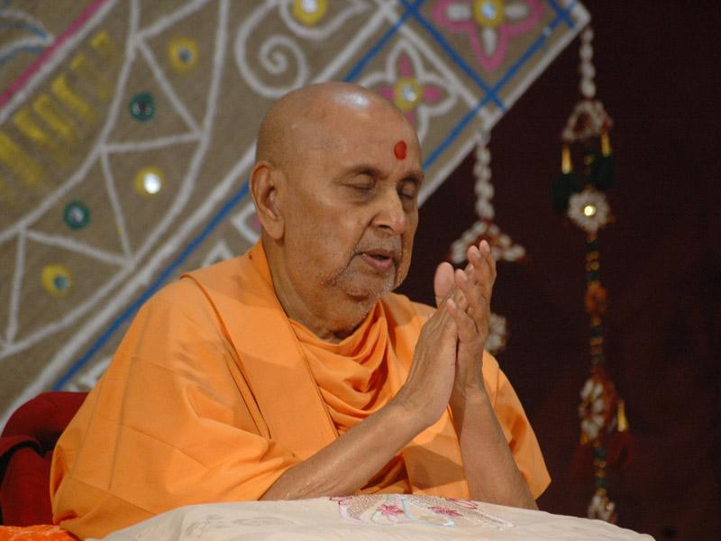 Swamishri bids Jai Swaminarayan to all ...