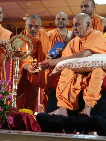 Prior to his morning puja Swamishri inaugurates 'BAPS Swaminarayan Research Institute' by lighting the inaugural lamp