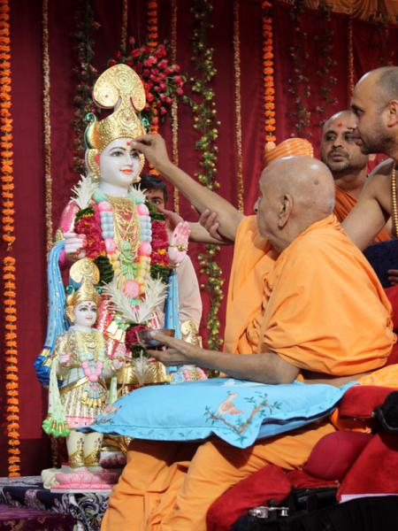 Swamishri performs pratishthta rituals of murtis for the new BAPS hari mandir at Valetva (Mahelav)