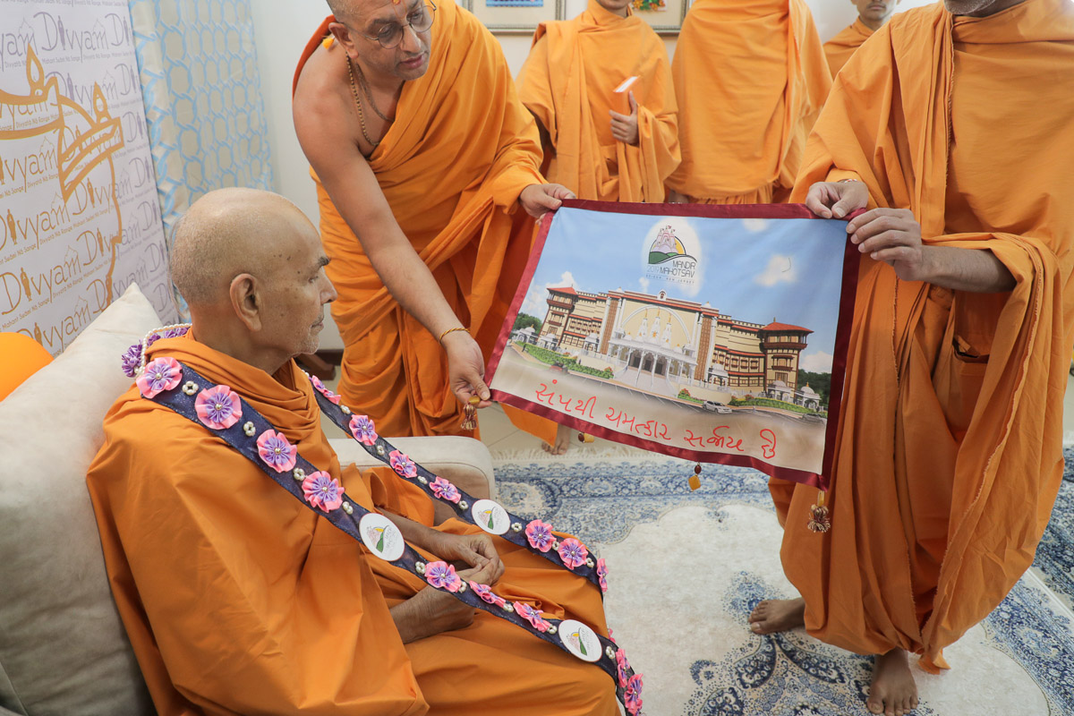 Swamishri observes a visual of the renovated BAPS Mandir in Edison, NJ, USA
