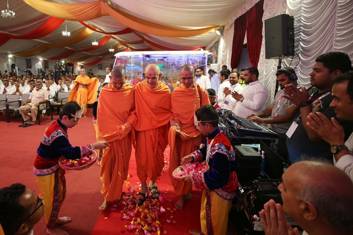 Swamishri arrives for the opening session of the shibir