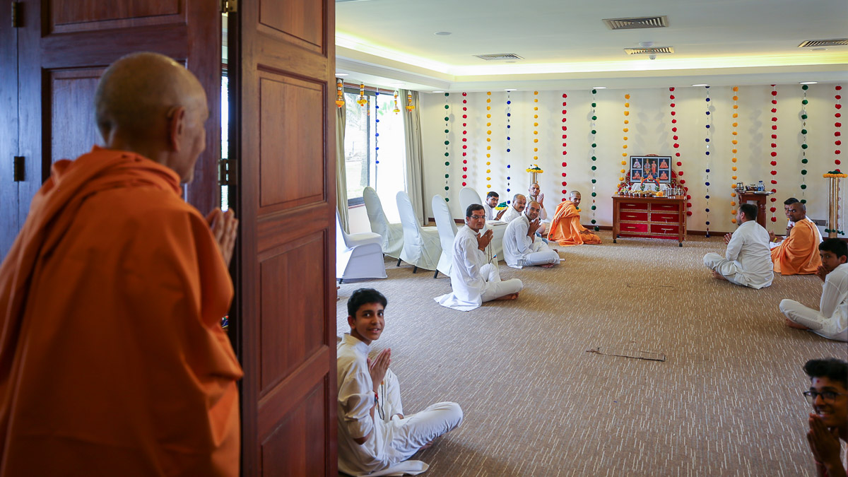 Swamishri engrossed in darshan of thal being offered to Shri Harikrishna Maharaj