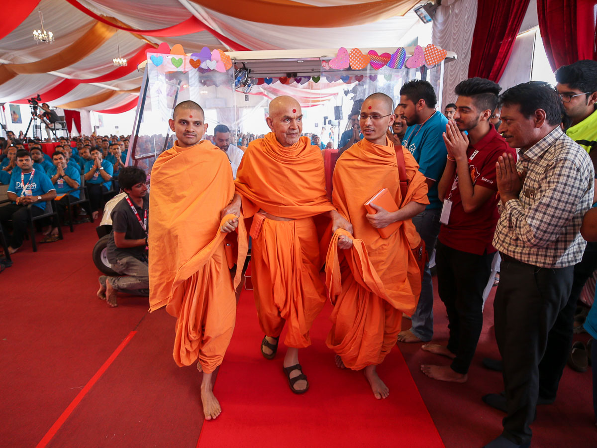 Swamishri arrives in the shibir