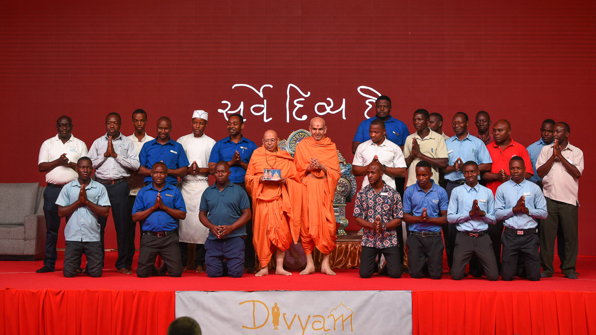 Group photo of staff of shibir venue with Swamishri