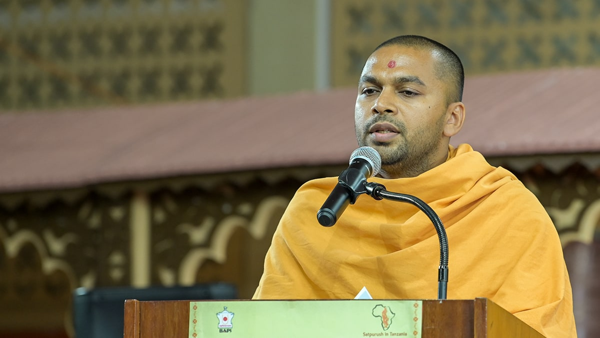 Rushinayan Swami addresses the assembly