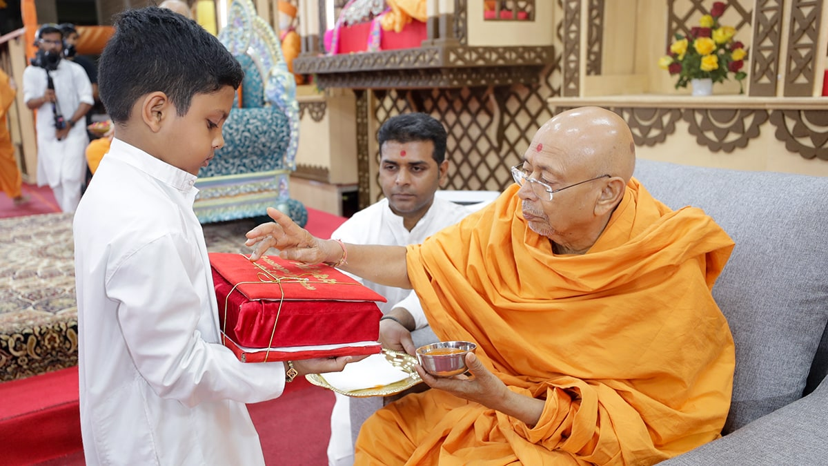 Pujya Tyagvallabh Swami performs pujan of a Vachanamrut