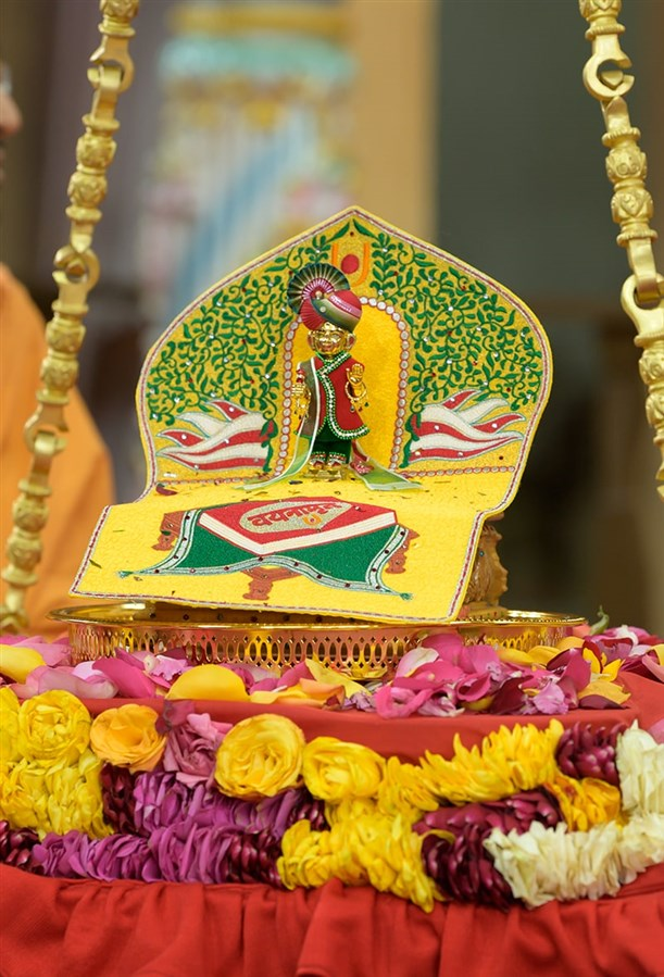 Shri Harikrishna Maharaj in the tula