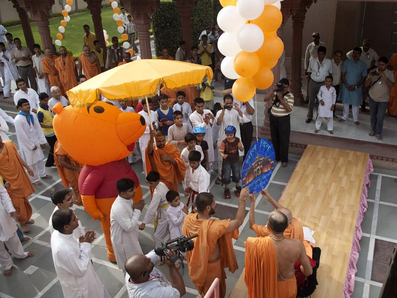 Swamishri releases balloons to celebrate Bal Din