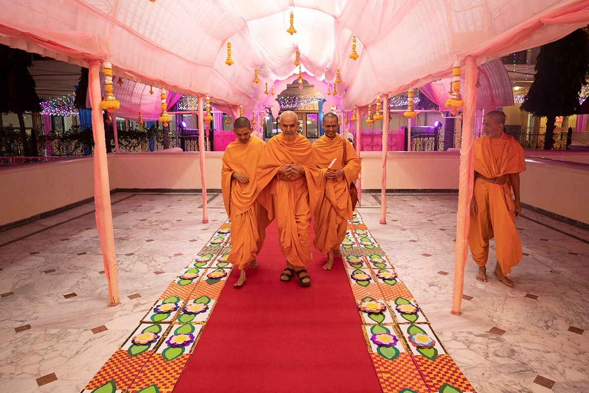 Swamishri arrives at mandir