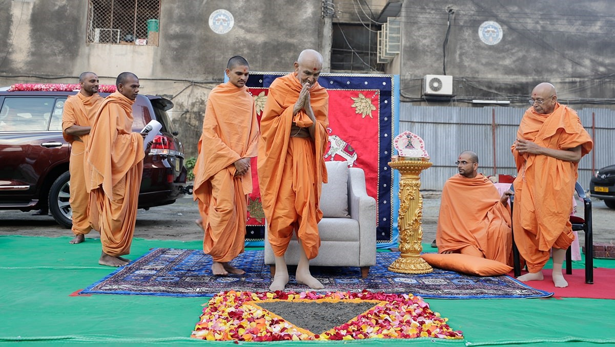 Swamishri arrives for bhumi pujan of new assembly hall for Dar-es-Salaam Mandir
