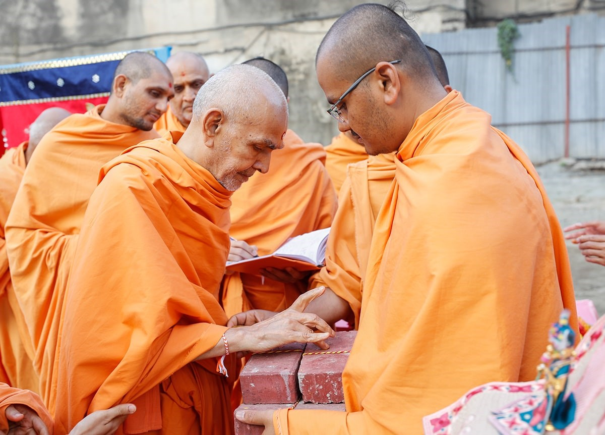 Swamishri performs pujan of the foundation bricks