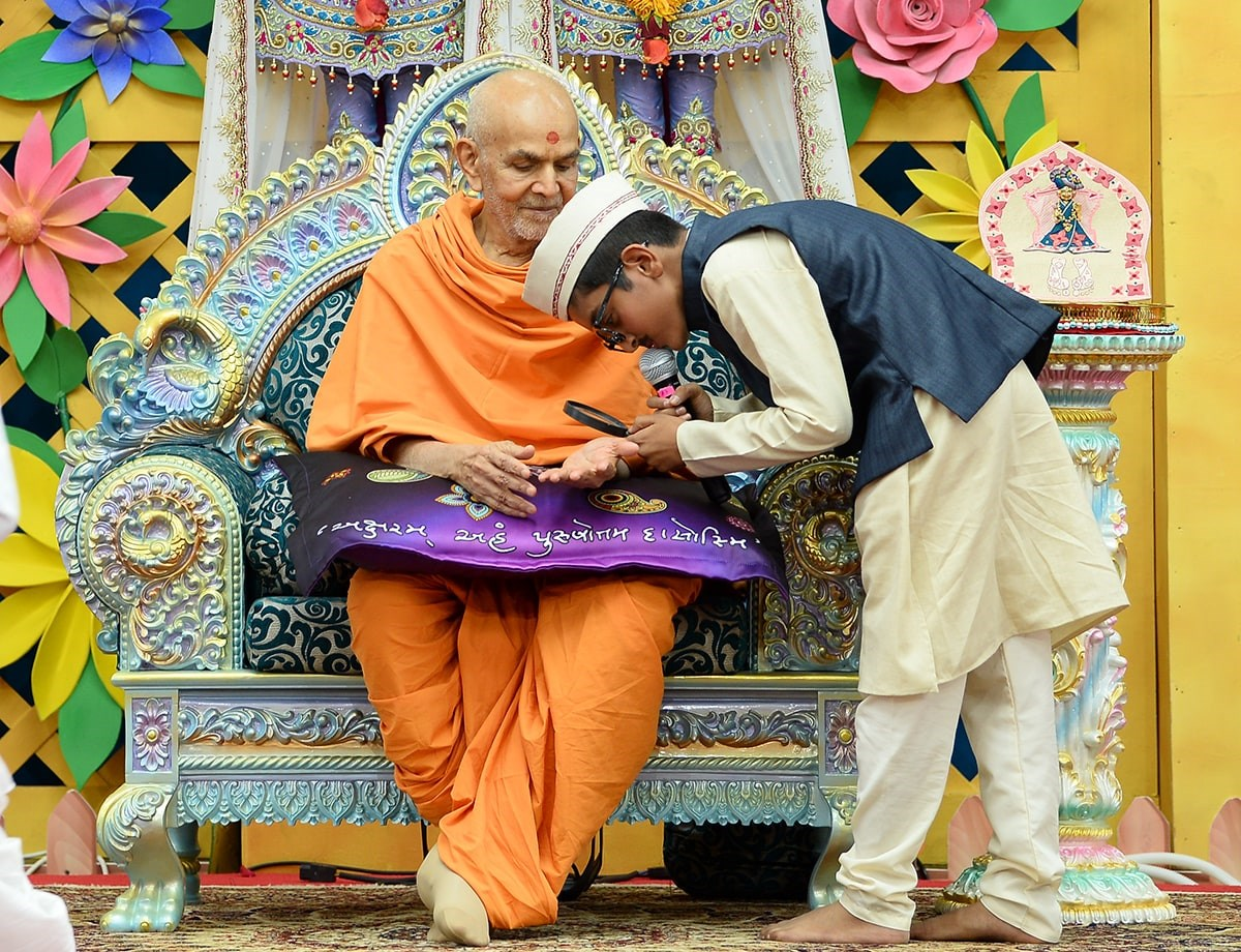Swamishri interacts during the presentation