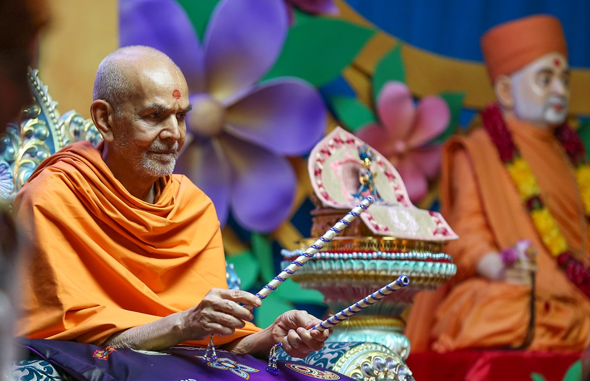 Swamishri sanctifies dandiya