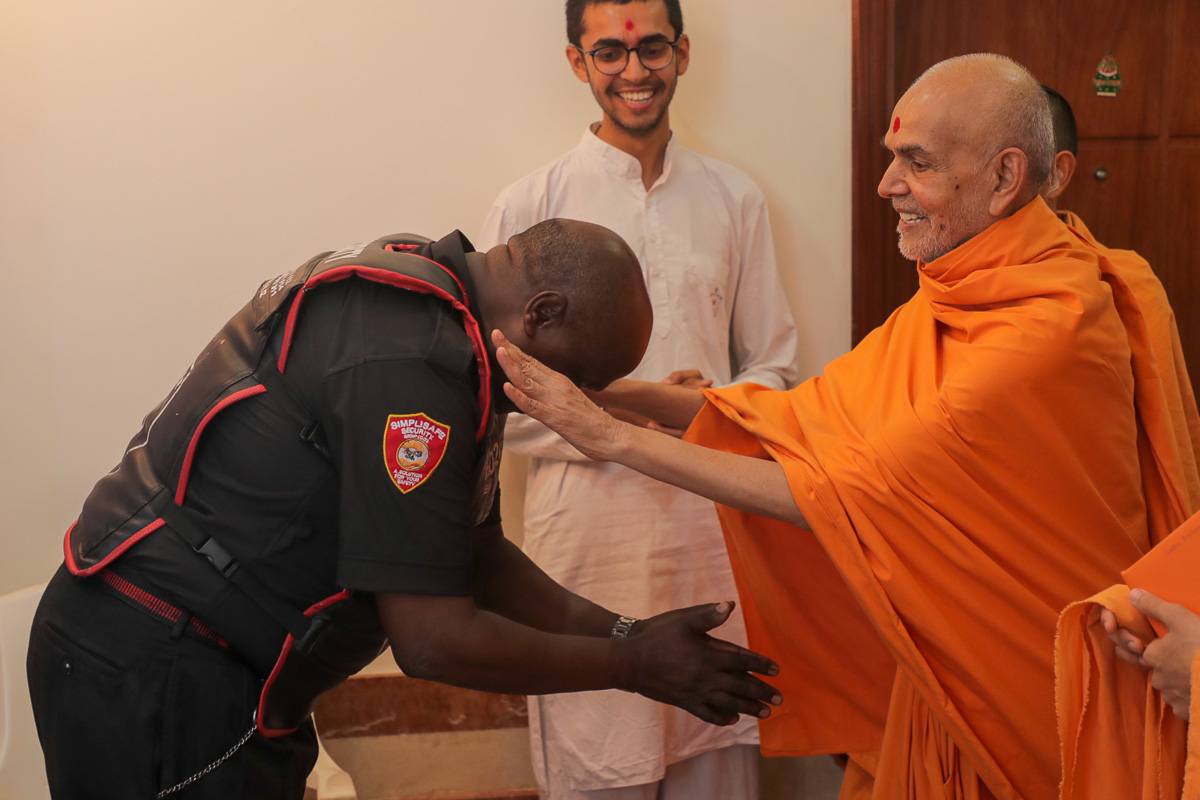 Swamishri blesses a local security guard