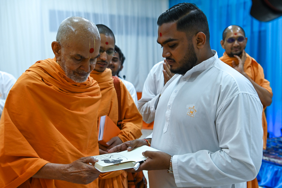Swamishri observes a drawing