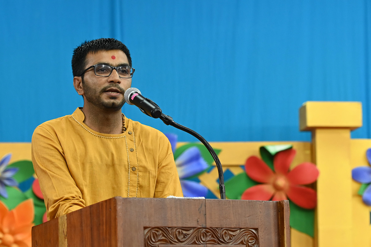 A youth addresses the evening satsang assembly