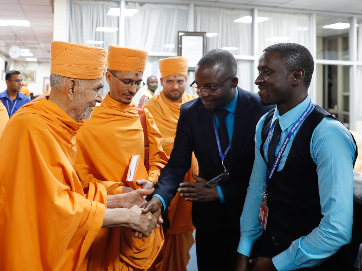 Swamishri greets local officials