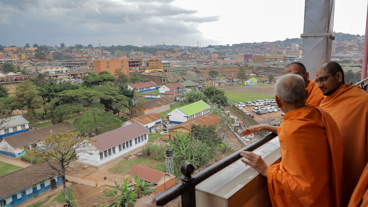 Swamishri observes the surrounding area