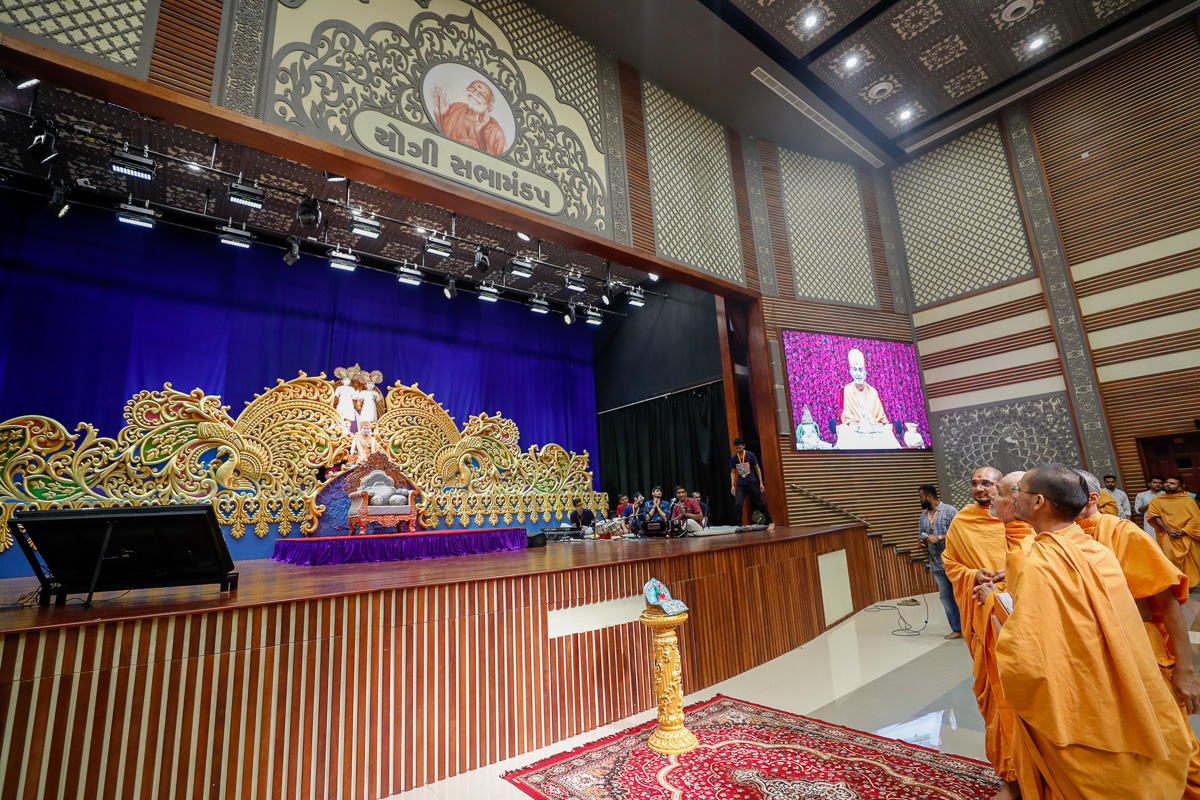 Swamishri observes the assembly hall stage