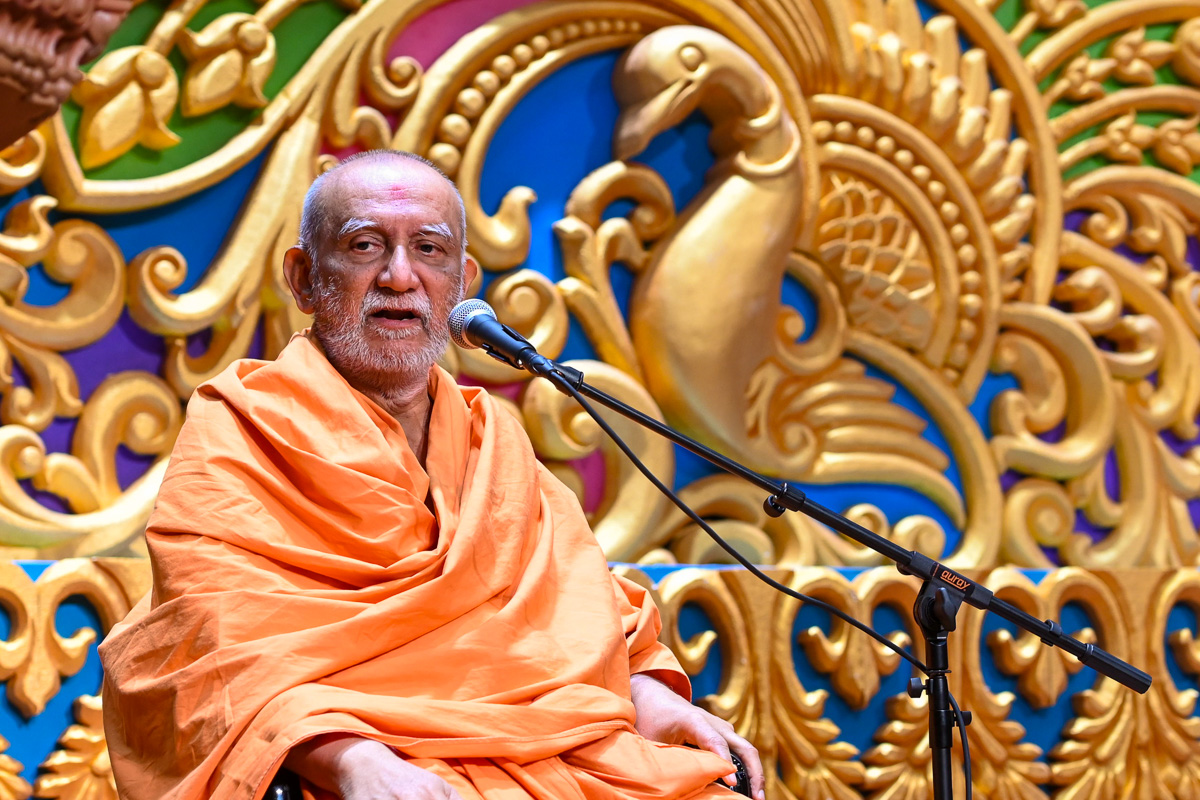 Atmaswarup Swami addresses the evening satsang assembly