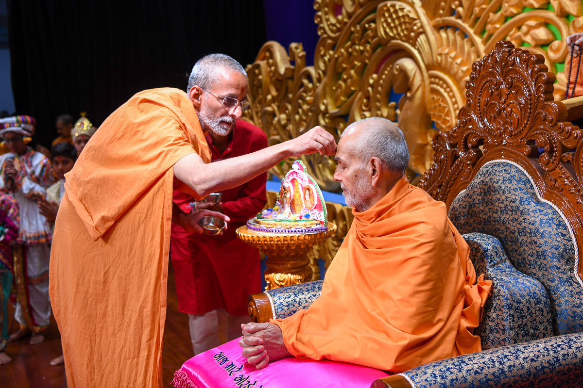Priyavrat Swami performs pujan of Swamishri