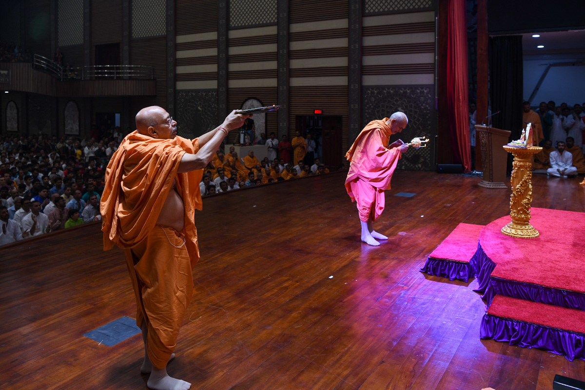 Swamishri and Pujya Tyagvallabh Swami perform the evening arti