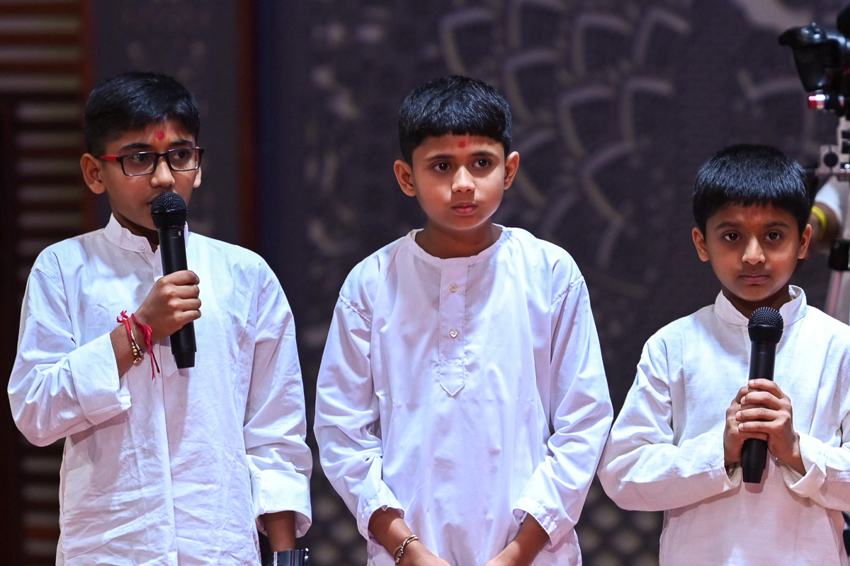 Children recite scriptural passages in Swamishri's daily puja