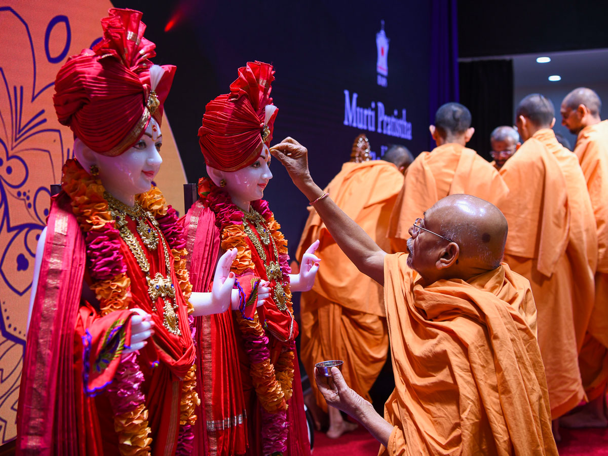 Pujya Tyagvallabh Swami performs pujan of the murtis for the BAPS Shri Swaminarayan Mandirs in Lira and Busia, Uganda