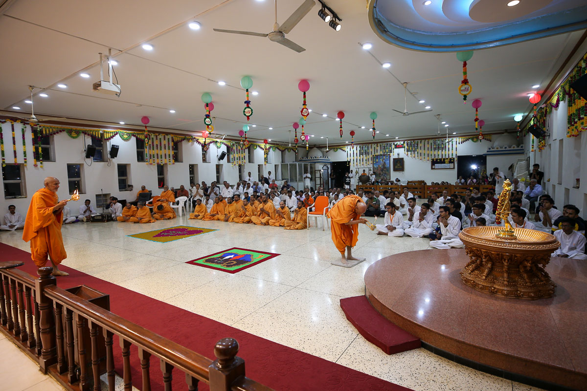 Swamishri and Pujya Tyagvallabh Swami perform the morning arti