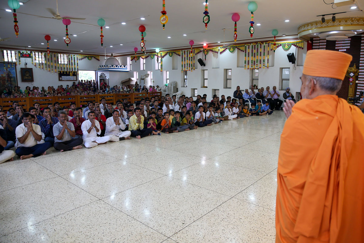 Swamishri greets all with 'Jai Swaminarayan' before departing from Kampala in the afternoon